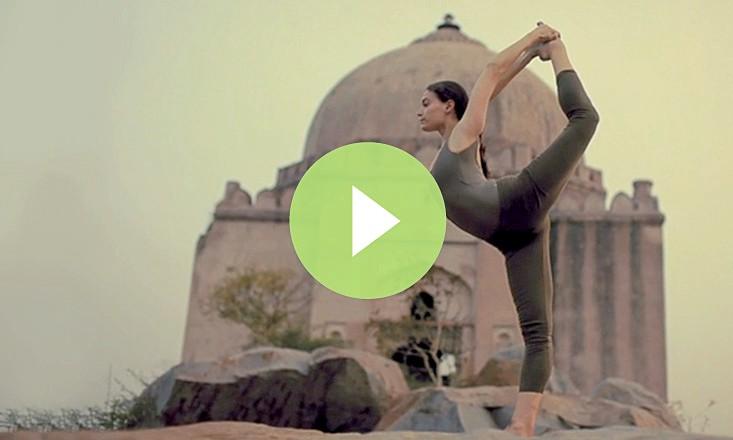 A Calming, No-Frills Outdoor Yoga Demo (VIDEO)