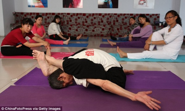 Hou Zhenshan does an amazing pose in front of his class