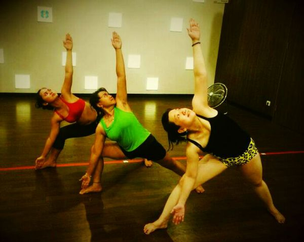 8 Awesome Yogis Practicing with Friends (PHOTOS) -fatma